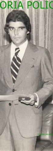 """Á direita, na Delegacia Geral de Polícia, o então Investigador de Polícia Oscar Matsuo recebendo o Diploma de Policial do Mês, no meio o Delegado Manoel Luiz Ribeiro """"Manecão"""" (de Santos, hoje aposentado), com outro policial à esquerda (?), na década de 70."""