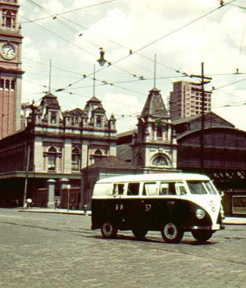 Viatura VW Kombi da Rádio Patrulha, circulando defronte a Estação da Luz, década de 60.