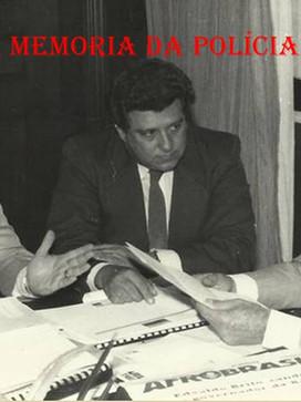 """Delegado de Polícia Cyro Vidal Soares da Silva """"in memorian"""" (ex- Diretor do DETRAN), à esquerda, conversa com o Governador Franco Montoro, no início da a década de 80. Entre eles, o Deputado Estadual Ari Kara, de Taubaté"""