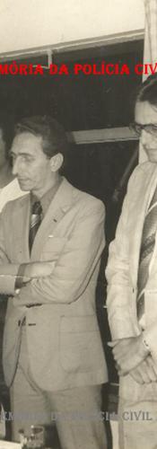 """Homenagem da AIPESP- Associação dos Investigadores de Polícia do Estado de São Paulo ao Grupo 30 do GARRA, no final da década de 70.  À partir da esquerda, em primeiro plano, os Delegados Melinho """"in memoriam"""" (aparece parcialmente), Henrique Riedel """"in memoriam"""" e Osvaldo Roberto Manzo Valery. Ao fundo, o Investigador """"Laurão""""."""
