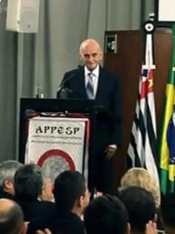 Dactiloscopista (hoje Papiloscopista) Bombonati, antigo Chefe da Equipe Monodactilar do IIRGD, (hoje aposentado) sendo homenageado na Câmara Municipal de São Paulo em 07/03/2013, pela comemoração aos 110 anos da papiloscopia no Brasil. Professor de Dactiloscopia por muitos anos na ACADEPOL. (enviado pelo Papiloscopista Julio Ronaldo Prezia Junior).