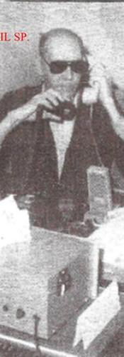 """Agente de Telecomunicações Chico Plaza """"in memorian"""", na cabine oficial de trabalho em sua própria casa na Zona Leste de SP, em 1.989. Radialista, pedagogo, compositor, poeta e policial civil. Nascido na cidade de Jundiaí, interior paulista, no dia 3 de janeiro de 1943. Deficiente visual desde os 12 anos em razão de complicação ao adquirir sarampo, foi animador de circo e locutor de parque de diversões, Chico Plaza nasceu de origem humilde, numa família simples de lavradores do interior de São Paulo. Mudou-se para a Capital paulista aos 7 anos, junto com a mãe e mais 3 irmãs em conseqüência da morte do pai. Com a ausência paterna, se tornou o protetor da casa e logo começou a batalhar pela independência financeira. Optou pelo caminho profissional da radioeletrônica o que mais tarde lhe ajudaria a se tornar um dos repórteres policiais mais bem informados do setor. Passou por diversas emissoras de Rádio, entre elas: Rádio Tupi AM de SP, América, Trianon, entre outras. É citado várias vezes pelo jornalista Caco Barcellos no livro Rota 66 - A História da Polícia que Mata. Foi funcionário do SBT - Sistema Brasileiro de Televisão e colaborou com informações policiais produzindo para diversas emissoras de Rádio e Televisão em todo o Brasil. Morou durante muitos anos na zona leste de São Paulo e foi pioneiro num sistema de Rádio via telefone. Manteve durante muito tempo a """"Rádio Seresta"""". Afim de denominar os criminosos, Chico tratava-os como """"cabeças-de-vento"""", um termo muito utilizado pelo saudoso repórter. Com Chico Plaza a """"Polícia sempre falou mais alto""""...  Saudades... Faleceu aos 64 anos, no dia 2 de outubro de 2007, vítima de falência múltipla dos órgãos. Diabético, Chico Plaza apresentava também problemas renais. Os bordões do Chico eram impagáveis.. """"Anote aí as placas dele... É um pé-de-borracha roubado!!!!"""" """"Viaturas da polícia civil e da PM seguindo a todo o vapor para o local!"""".... """"Dois cabeças-de vento fugiram depois do assalto""""..."""