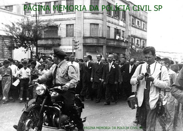 Batedor da extinta Guarda Civil, escoltando o Presidente da República Jânio da Silva Quadros na sidade de AssisSP, pilotando uma motocicleta marca JAWA 250cc, motor 2 tempos, origem Thecoslovaquia, na década de 60.