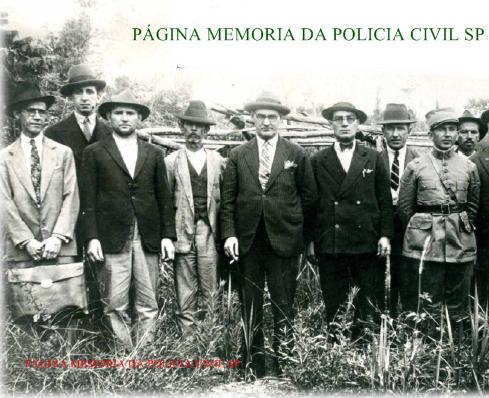 """Delegado de Polícia Francisco de Assis Carvalho Franco (o quinto à partir da esquerda), investigando um local de homicídio, mediante tocaia, na cidade de Ribeirão Preto, em 1.926. Este brilhante Delegado, que entre os grandes trabalhos que efetuou, foi quem esclareceu o """"crime da mala"""", batizou esta espécie de matadores como """"empreiteiros da morte"""", """"modus operandi"""" muito comum na época, em que os assassinos vinham de outros estados para executarem pessoas de destaque na sociedade, mediante pagamento e retornavam para suas origens em seguida, nunca mais sendo localizados."""