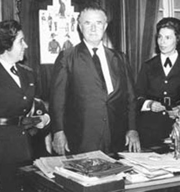 Dra. Hilda Macedo, comandante da Polícia Feminina, com o governador Ademar de Barros.