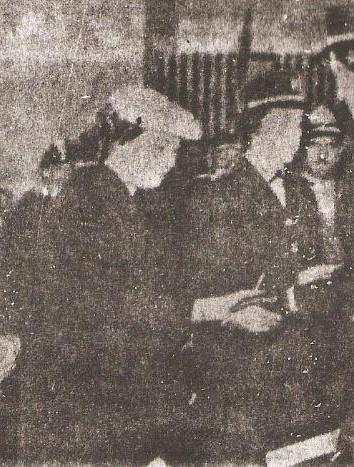 Dona Eloá Quadros entregando o certificado de formatura a uma aspirante da Polícia Feminina, tendo a seu lado o governador Jânio Quadros a a comandante da corporação, a Drs. Hilda Macedo (1955).