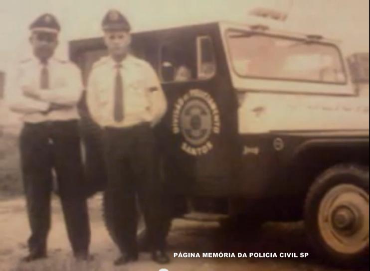 Viatura Jeep da Divisão de Policiamento da 7ª Delegacia Auxiliar- Santos, ao lado integrantes da extinta Guarda Civil do Estado de São Paulo, na década de 60.