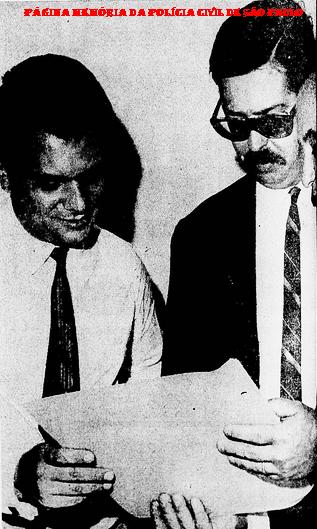 Delegados Expedito Marques (Titular) e à esquerda Ari Casagrande (hoje Desembargador em São Paulo), durante uma investigação sobre estelionato, em 1.970.