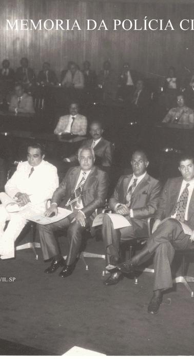 Homenageados com a Medalha Anchieta em 1976: Da esquerda para a direita: Delegados de Polícia, 1- ?, 2- Expedito Marques Pereira, 3- Walter Gibelo Gatti, 4- Getulio Paelo Prado (na época Titular da 1ª Delegacia de Roubos- DEIC, 5- Fábio Ademur da Mota Sampaio 6- (?), 7- Fernando Dino Aprille, 8 - Investigador Paulo Gentil ( Delegado aposentado, hoje exercendo a advocacia). Atrás do Paulo Gentil à direita de óculos, o Investigador Octacílio Augusto