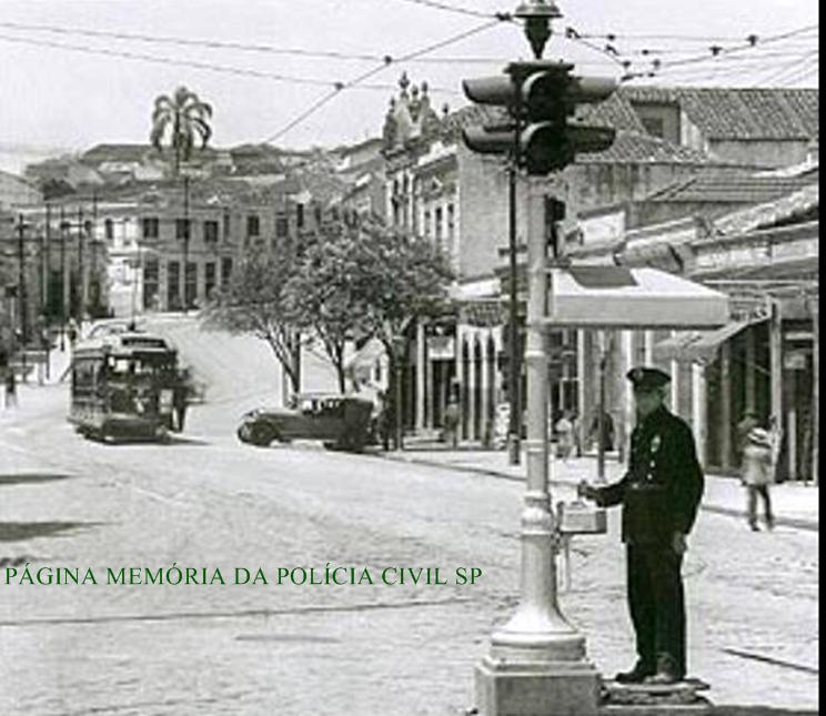 Policial de Trânsito da extinta Guarda Civil, em uma foto dos anos 20 do Vale do Anhangabaú, próximo ao Largo do Riachuelo, em São Paulo/SP. Esse pedaço do vale já se chamou Largo do Bexiga e Largo do Piques. Atualmente é o trecho que compreende à praça da Bandeira. A ladeira é o início da Rua de Santo Amaro.