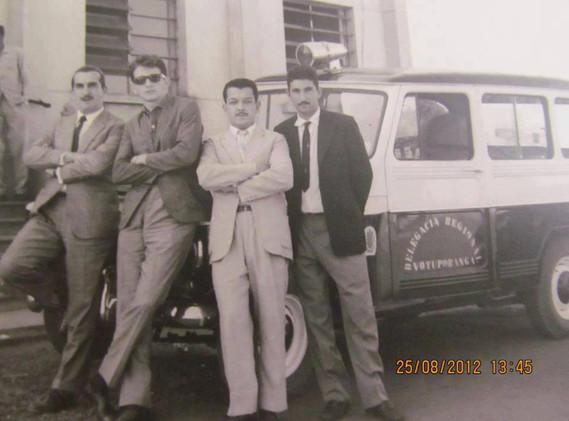 Viatura marca Rural Willys da Delegacia Regional de Votuporanga. O Delegado Regional na época era o Dr. Guilherme Viesi. Da esquerda para a direita, os Investigadores de Polícia Ari Salvi e Paulo Viesi (hoje aposentado como Delegado), e mais dois funcionários da Delegacia, em 1.965.