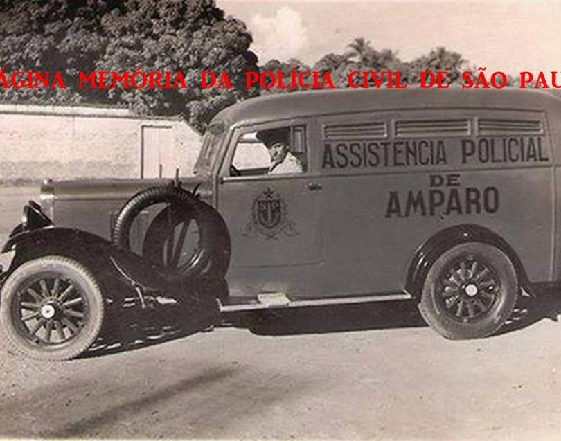 Viatura de marca Chevrolet da Assistência Polícial do Município de Amparo, utilizada até o início da década de 30.  Observe-se as rodas de madeira. Crédito à Fernando Garcia, publicada em A Tribuna do Povo de Amparo, enviada pelo Delegado Marcelo Lessa.