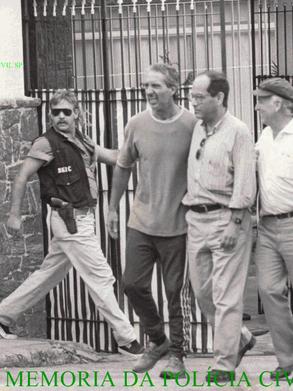Investigadores de Polícia Xuxa a esquerda e Oscar Matsuo à direita, quando foi libertado do cativeiro, o empresário Abílio Diniz, proprietário do Grupo Pão de Açucar, na Zona Sul da capital paulista, no dia 17 de dezembro de 1.989, depois de 36 horas de campana em torno do cativeiro, os sequestradores que lá se encontravam, se renderam e o empresário Abílio Diniz foi libertado.Ao todo eram 4 chilenos, 3 argentinos , 2 canadenses e 1 brasileiro - Raimundo Rosélio da Costa Freire. Presos, eles foram condenados a penas de 26 a 28 anos. Texto completo Descobriu-se entre outras coisas que no cativeiro os bandidos mantinham um caixão funerário para enterrar o prisioneiro caso ele morresse. No cubículo - de cerca de 3 metros quadrados -, onde Diniz era mantido prisioneiro, não tinha banheiro e nem água encanada. De móveis, somente um colchão e uma banqueta. O som e as luzes ficavam ligados 24 horas. Diniz não tinha noção se era dia ou noite. A cela era subterrãnea e a ventilação era mantida por um precário duto. Tudo preparado antecipadamente pelos sequestradores.  Abílio Diniz foi libertado à véspera da primeira eleição direta para presidente da República após o regime militar, disputada por Collor e Lula .