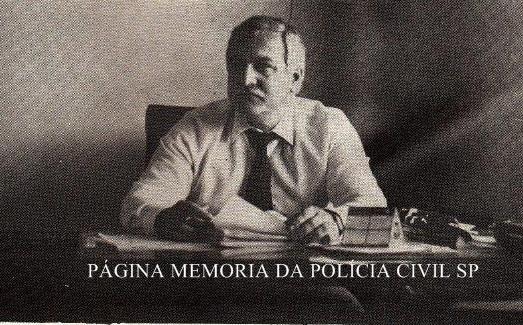 Delegado de Polícia Alberto Corazza, em seu gabinete na antiga Delegacia de Entorpecentes do DEIC, em 1.988.