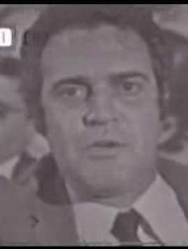 """Clécio Ribeiro foi repórter policial na década de 60. Posteriormente tornou-se um jurado de comportamento agressivo e polêmico do programa """"Quem tem medo da verdade"""" tendo como apresentador Carlos Manga. A marca dele era colocar e tirar os óculos várias vezes seguidas enquanto falava."""