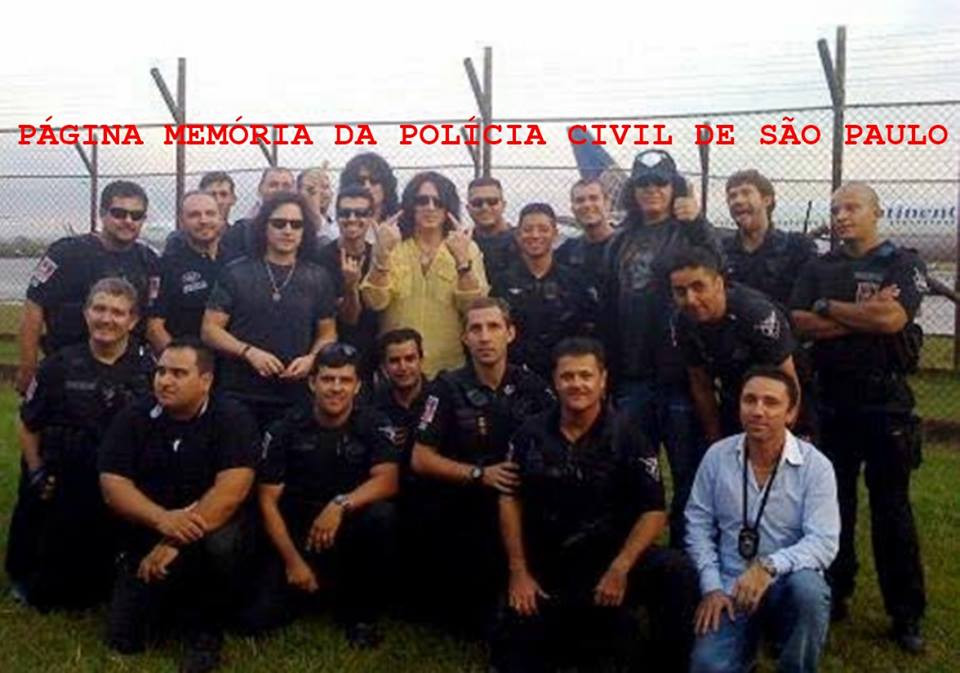 A Banda Kiss (não estavam com sua conhecida caracterização), em 2.008 na cidade de São Paulo, sendo escoltados por policiais do GARRA (grupo da Polícia Civil que completou 40 anos de existência neste ano de 2.016). Acervo do Investigador Nazato.