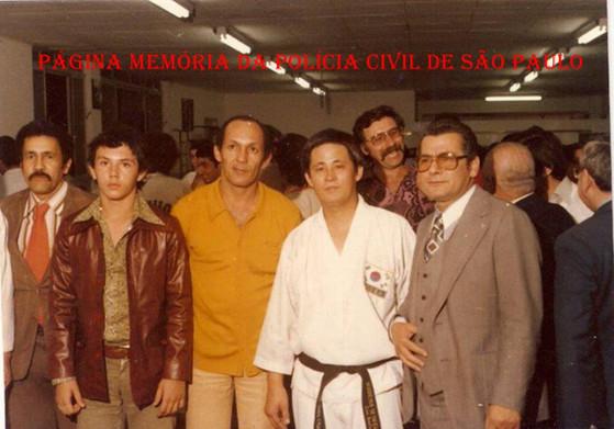 Grandes atletas de artes marciais da Polícia Civil, na década de 80: À partir da esquerda, Investigadores Paulo Costa (Chefe do DISCCPAT), Marcelão Monteiro, Ederval Monteiro, Mestre Kim e (?).