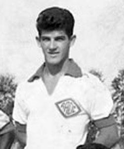 """DELEGADO DE POLÍCIA MOISÉS JOSÉ COCITO JOGOU NO SANTOS FUTEBOL CLUBE COM O """"REI PELÉ"""", conhecido também como Cocito, ou para os íntimos, """"Pezão"""". Nasceu no dia 9 de novembro de 1939, em Piratininga, São Paulo.  Jogou no Santos Futebol Clube com Pelé no final dos anos 50, mas deixou o futebol para se dedicar ao Direito. E na Polícia Civil de São Paulo o Dr. Moisés Cocito atingiu o ápice como Diretor geral do DEINTER 4. Iniciou carreira no Agudos Futebol Clube (de 1958 a 1959). Transferiu-se para a Associação Atlética Oswaldo Cruz (de 1959 a 1963), passou rapidamente pelo Botafogo-RP (em 1963), restou a Associação Atlética Oswaldo Cruz (em 1964) e acabou sendo negociado com o Santos (em agosto de 1964). Posteriormente, defendeu o Esporte Clube Noroeste (de 1965 a 1966). Chamou a atenção do Corinthians de Presidente Prudente, onde jogou de 1966 a 1968. Lá, encerrou carreira. Antes de pendurar as chuteiras, teve uma breve passagem pela Ponte Preta de Campinas e foi duas vezes convocado para a Seleção Brasileira de novos, para disputar o Sul-Americano no Peru."""