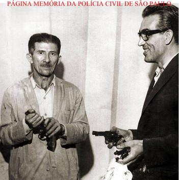 Delegado José Vidal Pilar Fernandes (de óculos) e o Motorista Policial (Agente Policial) Antonio Feitosa, com as armas utilizadas no maior roubo do País na época, no montante de 500 milhões do Banco Moreira Sales, tendo como autores uma quadrilha de ladrões gregos, em 27 de janeiro de 1.965.