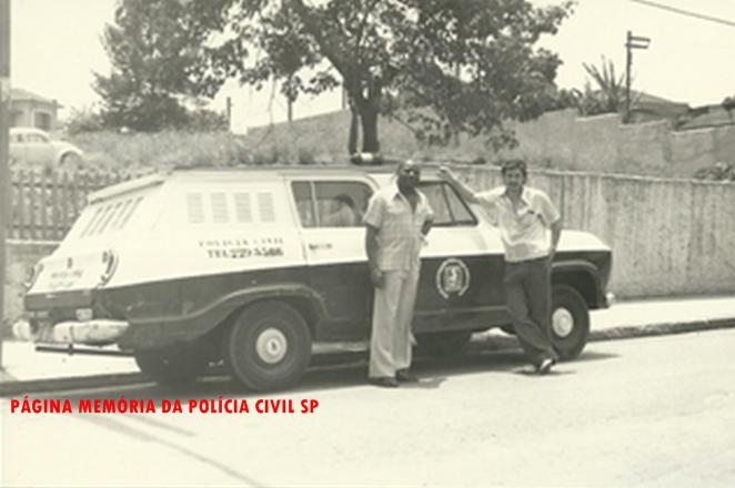 Os Investigadores José Carlos Silvério e Luiz Melchiades Piacentini, com viatura Chevrolet Veraneio da antiga Divisão de Homicídios do DEIC, em Santo André em 1978.