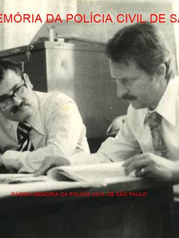 O saudoso Pesquisador Dactiloscópico Renato Lazzari (à direita), um dos grandes profissionais da história da identificação,e sua mesa de trabalho no IIRGD, final da década de 70.