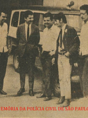 Gil Gomes no começo de carreira, quando na Rádio Record, início de 1969, com a Equipe do 27 DP-Campo Belo. Da esquerda à Direita: funcionário da Record, Gil Gomes, Delegado Ruy Fagundes de A. Jr., Jornalista Manuel Abrantes Fonseca, Miguel Mariano Carlos Mariano (então Escrivão, atualmente Delegado aposentado), e motorista policial (?).
