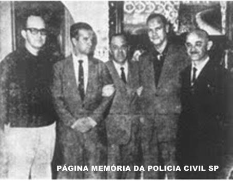 """Década de 60 na cidade de Santos, o primeiro, da esquerda para a direita, representava o poder militar, Comandante Júlio de Sá Bierrenbach, Capitão dos Portos; os segundo e quarto são militares que galgavam o poder civil, Capitão-de-Fragata Fernando Ridel e Major EB José Amaral Garbogine, """"eleitos"""" Prefeito e Vice de Santos; o último, à direita, é outro representante do poder civil, o Delegado de Polícia Auxiliar, da 7ª Divisão Policial, Dr. Bolivar Barbanti. Ao centro o radialista Carlos Baccarat."""
