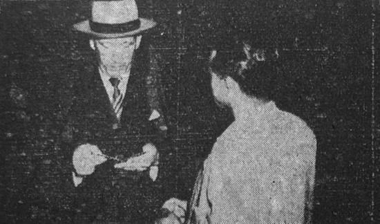 Inspetor Pinto Vilela, da Polícia Civil de Santos, abordando um cidadão nos anos 50.