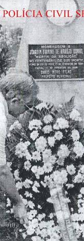 """Pedestal em homenagem ao Delegado de Policia Joaquim Firmino de Araújo Cunha, """"O Mártir da Abolição"""". Seu assassinato em 1.888 redundou a mudança do nome da cidade depois de 2 anos, passando de Penha do Rio do Peixe para Itapira. Da vasta bibliografia que registra o período escravagista e a fase abolicionista no Brasil, é mínima a que se refere a um episódio que teve expressiva repercussão quatro meses antes da assinatura da Lei Áurea. Trata-se da participação que teve um Delegado de Polícia no movimento abolicionista no interior de São Paulo, nos últimos anos do século XIX, da qual resultou o sacrifício da sua vida de forma brutal. Esse Delegado era Joaquim Firmino de Araújo Cunha, cuja morte se deu na madrugada de 11 de fevereiro de 1888, quando foi vitimado por um bando alucinado de fazendeiros escravagistas e seus capangas, que invadiram a sua residência e o trucidaram. A história desse triste episódio é conhecida nas vizinhas cidades de Itapira e Mogi Mirim, a primeira por ter sido o palco do acontecimento e a segunda por ser a terra natal da vítima. Foi sem dúvida um fato lamentável, do qual redundou a mudança do nome da cidade, passando do 'execrando' Penha do Rio do Peixe para o 'eufônico' Itapira, conforme solicitação feita pelas autoridades locais ao governador do Estado, Prudente de Moraes, isso em 1890. A alteração era a forma de tentar extinguir da memória das pessoas a mácula que ultrajava os penhenses desde a ocorrência do assassinato. Hoje quando se fala na morte de Joaquim Firmino, o caso é narrado com algumas fantasias e várias distorções. Mesmo assim, pelas circunstâncias em que se deu o crime, o episódio de 11 de fevereiro de 1888 está enquadrado na relação das efemérides ligadas à escravatura e à abolição no Brasil, e Joaquim Firmino é citado como herói e mártir da emancipação da raça negra. O advogado de defesa dos réus, Brasílio Machado considerou falsas as acusações feitas pela imprensa quanto à selvageria do crime, além de não concordar com """