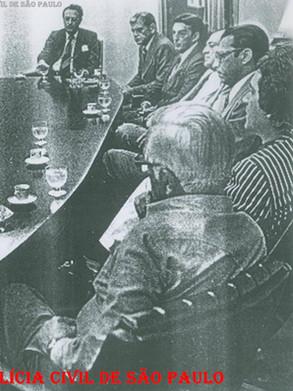 Reunião no Gabinete do Secretário de Segurança Pública com a Cúpula da Polícia, no final da década de 70. À partir da esquerda, Delegados (?), (?), Delegados Tácito Pinheiro Machado, Sérgio Fernando Paranhos Fleury, Ernesto Milton Dias, Ayrton Martini, SSP Cel. Erasmo Dias, (?), DGP Celso Teles, (?), (?) e Coronel Mero. (Acervo do Investigador Edival Monteiro).