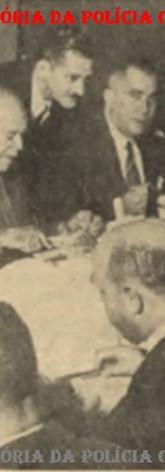 """Em 07 de julho de 1.954, almoço de comemoração do 3º aniversário do ambulatório """"Morvan Dias Figueiredo"""", que prestava assistência médica integral às autoridades e funcionários do DOPS- Departamento de Ordem Política e Social, e respectivas famílias, iniciando-se a campanha de doação permanente de sangue ao Hospital Central do Cancer, patrocinado pelo Jornal Folha da Tarde. O Diretor do ambulatório, o médico Cesar Berenguer, ladeado pelos Delegados Auxiliares (atualmente seriam os Diretores de Departamento), Manuel Ribeiro da Cruz (DOPS), à direita, e Venâncio Aires, à esquerda."""