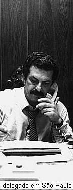 """DELEGADO DE POLÍCIA ROMEU TUMA. O filho de imigrantes sírios que, para desgosto dos pais, Zike e América, trocou uma próspera loja de vestidos de noiva da Rua 25 de Março pela Academia de Polícia, aos 20 anos de idade, jamais deixou de ser policial. Fez carreira de Investigador e Delegado na Secretaria de Segurança do Estado de São Paulo, foi transferido para o Departamento de Polícia Federal e, na hora de se aposentar, disputou uma vaga no Senado, para nos 16 anos seguintes continuar fazendo em Brasília o que era a sua vocação, homem preocupado com a manutenção da ordem, o combate ao crime e a punição dos criminosos. Romeu Tuma, nascido em 4 de outubro de 1931, cumpriu uma promessa que fez em 1992, ao voltar a São Paulo em meio aos inquéritos que apuravam desmandos e corrupção no governo Collor de Mello. """"A aposentadoria vai esperar, porque enquanto eu tiver pernas para andar, cabeça para pensar e boca para falar, eu vou trabalhar"""", anunciou Tuma em entrevista ao Estado, adiando para 1994 seus planos para o futuro. Ao chegar a hora, candidatou-se a senador e elegeu-se com mais de 5,5 milhões de votos, façanha que se repetiria na reeleição, em 2002, quando 7.278.185 eleitores lhe garantiram um novo mandato. Gostou tanto da política que nas eleições municipais de 2000 resolveu disputar a prefeitura da capital. Ficou em quarto lugar, atrás de e Marta Suplicy, a vencedora, Geraldo Alckmin e Paulo Maluf. Desistiu de um cargo no executivo e refugiou-se em Brasília. No Senado, foi corregedor parlamentar, presidente da Comissão de Relações Exteriores e Defesa Nacional e membro de várias outras comissões, sempre voltado para assuntos de sua especialidade. Na Corregedoria, uma de suas atribuições era supervisionar a proibição de porte de arma, com poderes para revistar e desarmar quem infringisse o decoro, a ordem e a disciplina. Filiado ao PTB, depois de ter sido eleito pelo PL, Tuma era um senador respeitado, por causa da fama de xerife dedicado e eficiente que construiu n"""