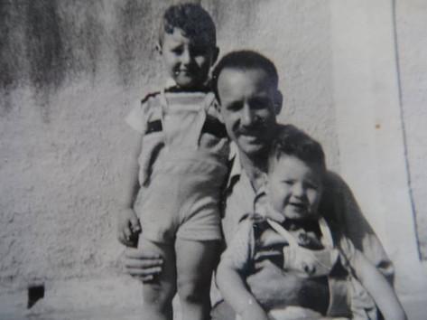 """Delegado de Polícia Guaracy Moreira """"in memória"""" e seus dois filhos Artur e Guaracy Moreira Filho, ambos atualmente Delegados. (Acervo da neta, a Investigadora do 10º DP DECAP Priscilla Moreira)."""