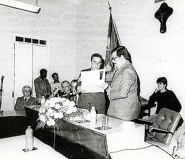 Cláudio Mariz de Oliveira, então Secretário de Segurança Pública, é homenageado por Policiais Civis e Políticos do município de Santa Cruz do Rio Pardo, no inicio dos anos 80.