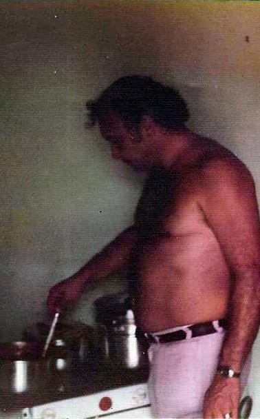 Delegados de Polícia Sérgio Fernandes Paranhos Fleury em um sítio na localidade de Viúva Graça, Rio de Janeiro, em deligências para prender uma quadrilha de ladrões de Bancos.  Curioso, o Delegado Fleury preparando o almoço no local da campana, em 1.975.