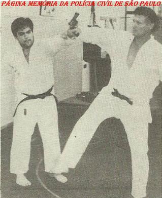 Treinamento de defesa pessoal do GARRA, década de 80: À direita o Investigador Domingos Pucci, ao lado Investigador Eduardo M. Vidoca.