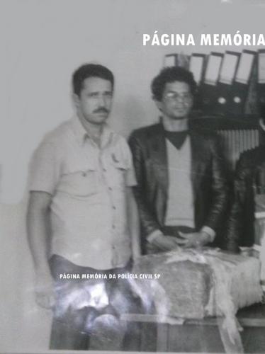 "À esquerda, o Investigador Antonio Paes Barbosa Paes Barbosa, ao centro o traficante preso José Reuber e à direita o Investigador Gilberto Barbosa !in memoriam"", na década de 80."