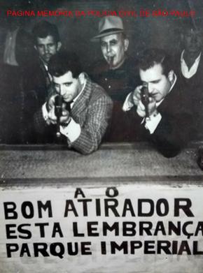 """Investigadores Osvaldo Peixoto e Pedro Marcondes de Godói """"Godói"""", em posição de tiro, no Clube Parque imperial, de chapeu início, o Sr Adriano dono do parque, na década de 60. Acervo da filha Marcela Peixoto."""