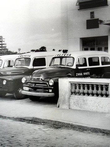 """Viaturas da Seccional Norte, década de 60. A esquerda e à direita Chevrolet """"Boca de Sapo"""" e ao centro Ford F1."""