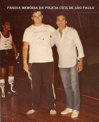 """O reporter e policial civil João Caçula Kasemiro com o campeão mundial do peso galo, Eder Jofre, o """"Galinho de Ouro"""", no início da década de 80."""