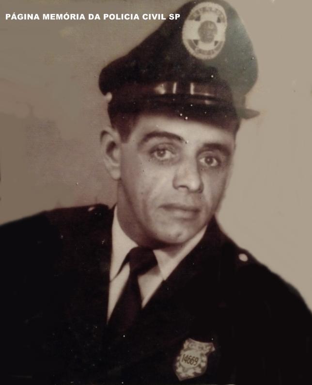 """Foto da turma da Escola de Polícia da rua São Joaquim de 1.967. Guarda Civil Benedito Gonzaga Dias """"Pezão"""" de Itanhaem, pai do Investigador """"Pezinho"""". (acervo de Matheus Dias)."""