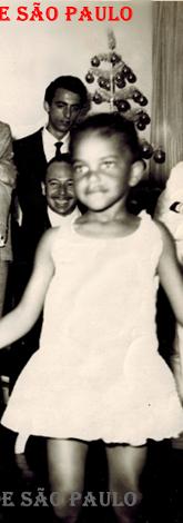 """Na comemoração da passagem do ano 1.963 para 1.964, na casa do Delegado Chefe da RUDI, José Carlos Batista """"Zebú"""", em que aparece o filho do Investigador Francisco Alcantara """"Chico"""", Paulo Roberto Alcântara que foi Investigador do Garra e faleceu em 2001, entre os Investigadores Washington Gomes de Campos """"Campinho"""" e o Veneziano. Atrás, o Investigador Mandruzzati e o dono da festa. À esquerda, o cantor """"Noite Ilustrada"""" de terno escuro. O filho do Investigador Campinho, Demerval Gomes de Campos (Hoje Advogado) durante o evento, fez apresentação jogando capoeira com seu irmão. Foi uma suntuosa festa, com a presença de muitos artistas famosos. A casa do Dr. José Carlos Batista """"Zebú"""", que provinha da alta sociedade paulistana, era luxuosa, um palacete na Rua Teodoro Ramos- Bairro do Pacaembu, todos reunidos em um salão enorme com paredes de vidro. E durante o banquete, houve um recital de músicas clássicas e depois sucessivas apresentações de artistas, Pedrinho Mattar no piano, Agostinho dos Santos, Risadinha, Germano Mathias e outros. Mas o inesquecível mesmo foi o desafio de violão entre o Gato, guitarrista do conjunto Jet Black e depois do RC 7 e o Jorge Ben. (Acervo do filho do Investigador """"Campinho"""", o Advogado Dermeval Gomes de Campos)."""