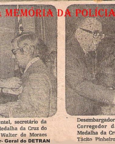 Recebendo a Medalha da Cruz do Mérito Policial, à esquerda, o Diretor do DETRAN, Delegado de Polícia Walter de Moraes Machado Suppo e à direita, O DGP Tácito Pinheiro Machado, em 1.977. (Enviado pelo Chefe de Seção do antigo DEPC, hoje aposentado, Carlos Eduardo Albuquerque).
