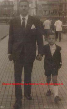 Delegado Luís Americano Leite e seu filho João Leite Neto (atualmente reporter policial), no início da década de 50.