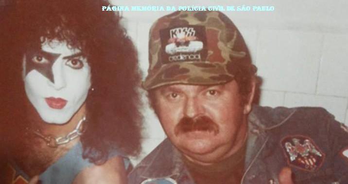 """O saudoso Investigador Octacílio Gimael Pereira """"Bebê Johnson ou Cilão"""" ao lado do integrante do Grupo Kiss, Paul Stanley, em tournê na cidade de São Paulo, em 1.982. (Acervo da Investigadora Valdelice Do Sim)."""
