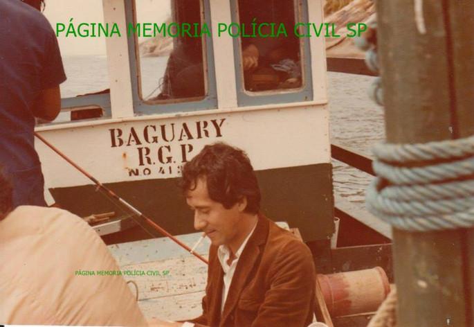 """Investigador de Polícia da Delegacia de Roubo a Bancos, Luis Carlos dos Santos """"China"""", (ex- DGP Adjunto), em pescaria na Ilha Bela, em 1.985. Ao fundo o Investigador Edson Champi, dormindo por estar passando mal na pescaria."""