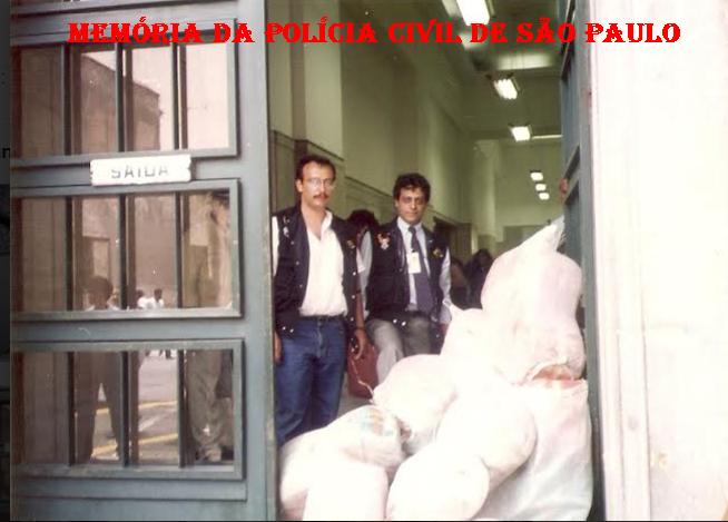 """Apreensão de 2 toneladas de """"maconha"""", em 1.993. Na porta do Palácio da Polícia, na Rua Brigadeiro Tobias, 527, os Delegados Ruy Ferraz Fontes (assistente da 2° DISE) e Marco Antonio P. Novaes Paula Santos (Titular da 2ª DISE), com os sacos com a droga apreendida."""