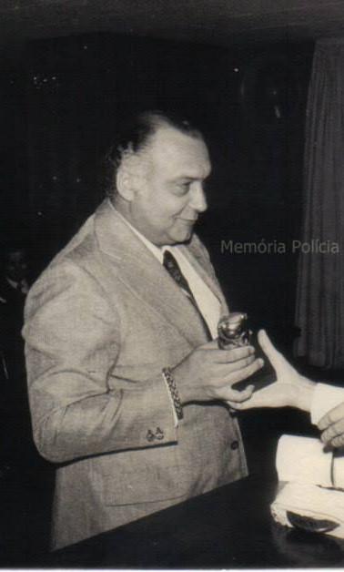 Delegado de Polícia Sérgio Fernandes Paranhos Fleury recebendo de um reporter a Medalha Anchieta, na década de 1.970. (enviado por Rafaella Capodaglio Cuoco).