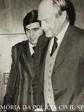 """Investigador de Polícia, Professor da ACADEPOL José Grimaldi Filho """"in memoriam"""" (posteriormente passou para Delegado); o Repórter Policial Afanasio Jazadji e o Major-General norte-americano Richard Clutterbuck, em Curso Antissequestro, na Federação do Comércio de São Paulo, na década de 70."""