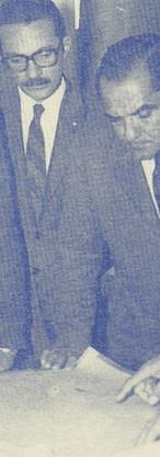 Dr. Nerval Ferreira Braga Filho, diretor do Detran, jornalista Cicero Leonel Ferreira Neto, assessor de relações públicas do Detran, general Sérvulo Mota Lima, secretário da segurança pública e arquiteto Isao Konno, na antiga divisão de engenharia do Detran (1971).
